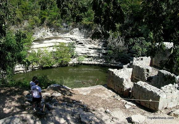 640px-Cenote Chica